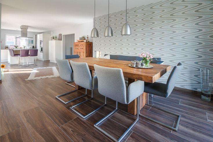 Offenes Esszimmer modern mit Holztisch  Tapete gemustert - kuche wohnzimmer offen modern