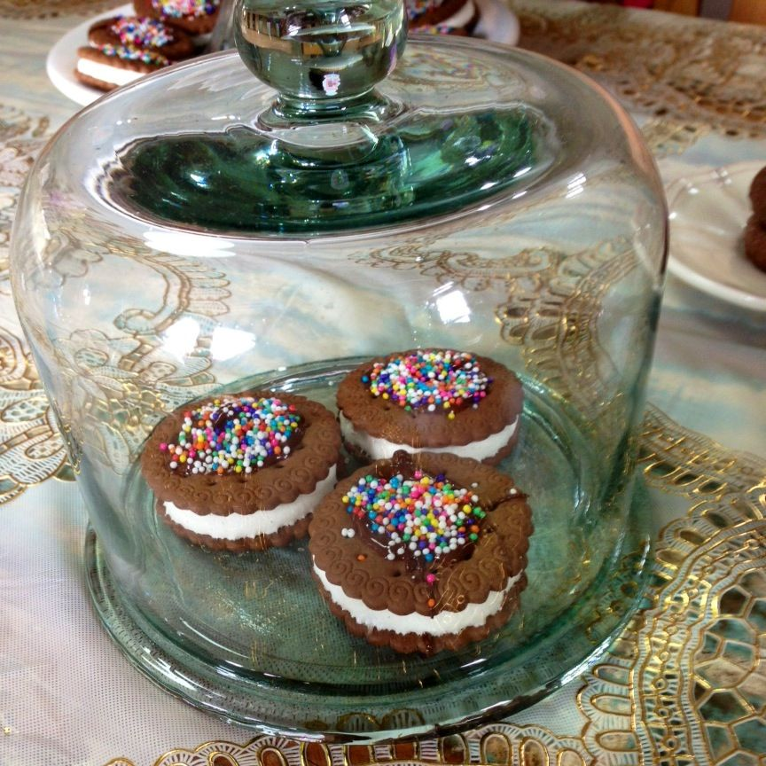 Bolacha Maria+ marshmallow +confeitos coloridos= sua própria bolacha recheada. Fácil gostoso e lindo