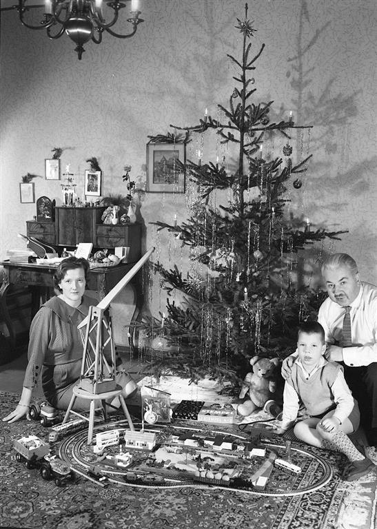 Die Familie des West-Berliner Fotografen Willi Huschke unterm Weihnachtsbaum 1961 | © Stadtmuseum Berlin