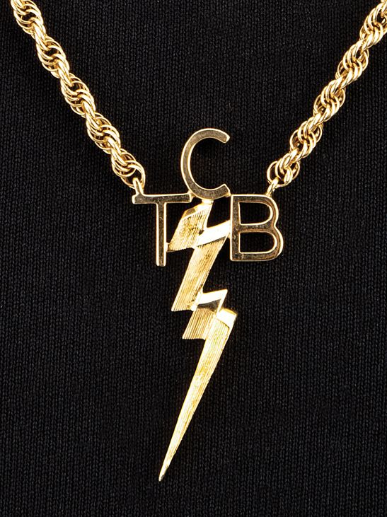personnellement port collier pendentif de tcb d 39 elvis presley avec un pendentif en or jaune 14k. Black Bedroom Furniture Sets. Home Design Ideas