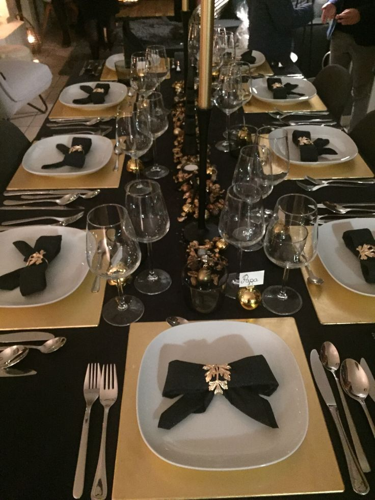 Christmas Table Decoration Black And Gold Gold Christmas Decorations Gold Table Setting Christmas Table Settings