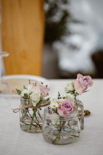 Photo of Enkle blomster i glass forvandles til vakre borddekorasjoner. Det trenger ikke & # 39;