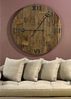 Reloj elaborado con la tapa de un barril de vino.