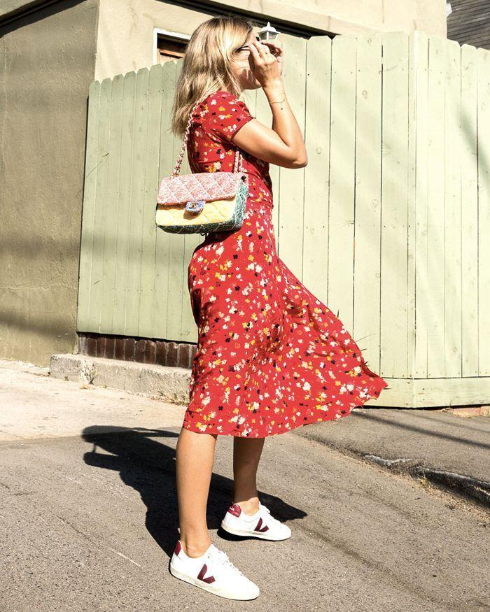 Summer Dress I Think These 7 Sneaker Brands Will Always Be Classics        Beste klassische Turnschuhe: Lucy Williams trägt Veja-Turnschuhe und Realization Par-Sommerkleid