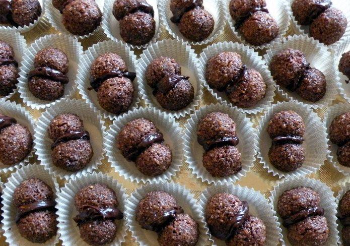 <p>Lesbaci di Alassio (baisers de la ville d'Alassio)tirent leur nom de celui de la ville de la Ligurie où ils ont été crées et préparés pour la première fois. Les baisers d'Alassio sont de petits biscuits au cœur chocolaté, dont la préparation est très simple. Ils ont beaucoup de goût, …</p>