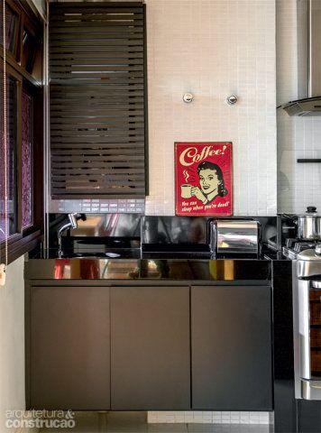 No armário que guarda o aquecedor a gás, a porta ripada (2 x 2 cm) garante a ventilação. As superfícies exibem pastilhas brancas de 2 x 2,5 cm (ref. JC1100, da Jatobá).