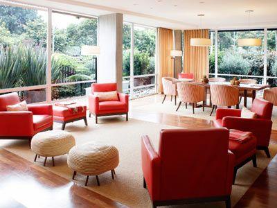 Un espacio propicio para pequeñas reuniones enmarcado por los jardines exteriores del CHB. Cuenta con una mesa central para 6 personas y una sala de estar.  - Wi-Fi  - Chimenea  - Sistema de audio  - Baños