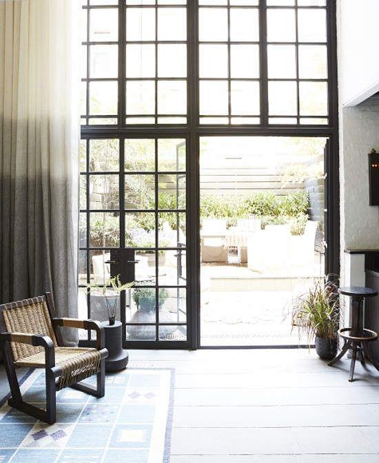 Cocina abierta a patio exterior con puerta de cuarterones de cristal ...