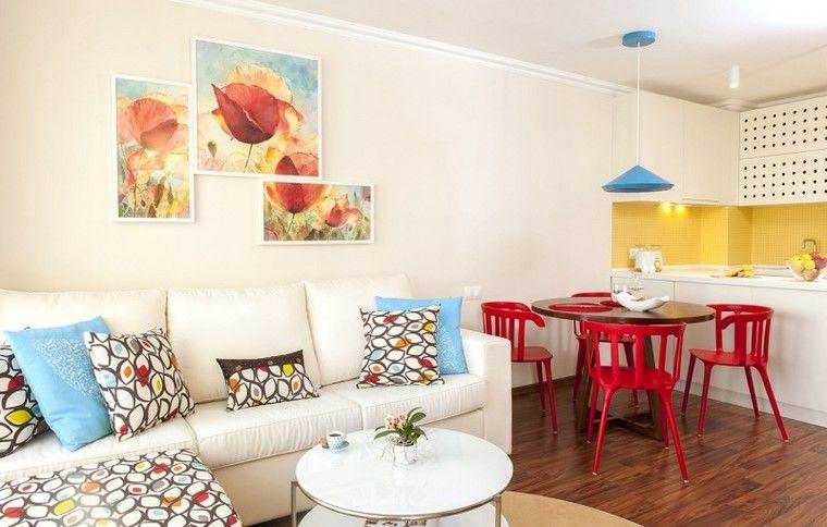 pared amarilla en la cocina y sillas rojas para el comedor ...