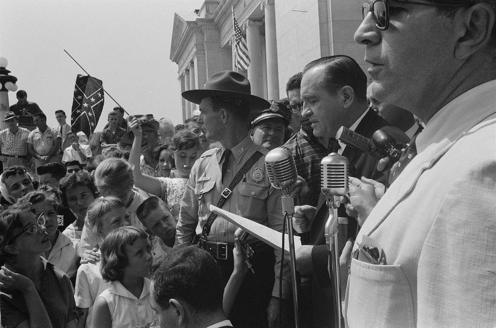 4 septembre 1957 Le gouverneur de l'Arkansas fait bloquer l'intégration des étudiants noirs http://t.co/XoSw3XwDVH http://t.co/MU5q3ICXdy