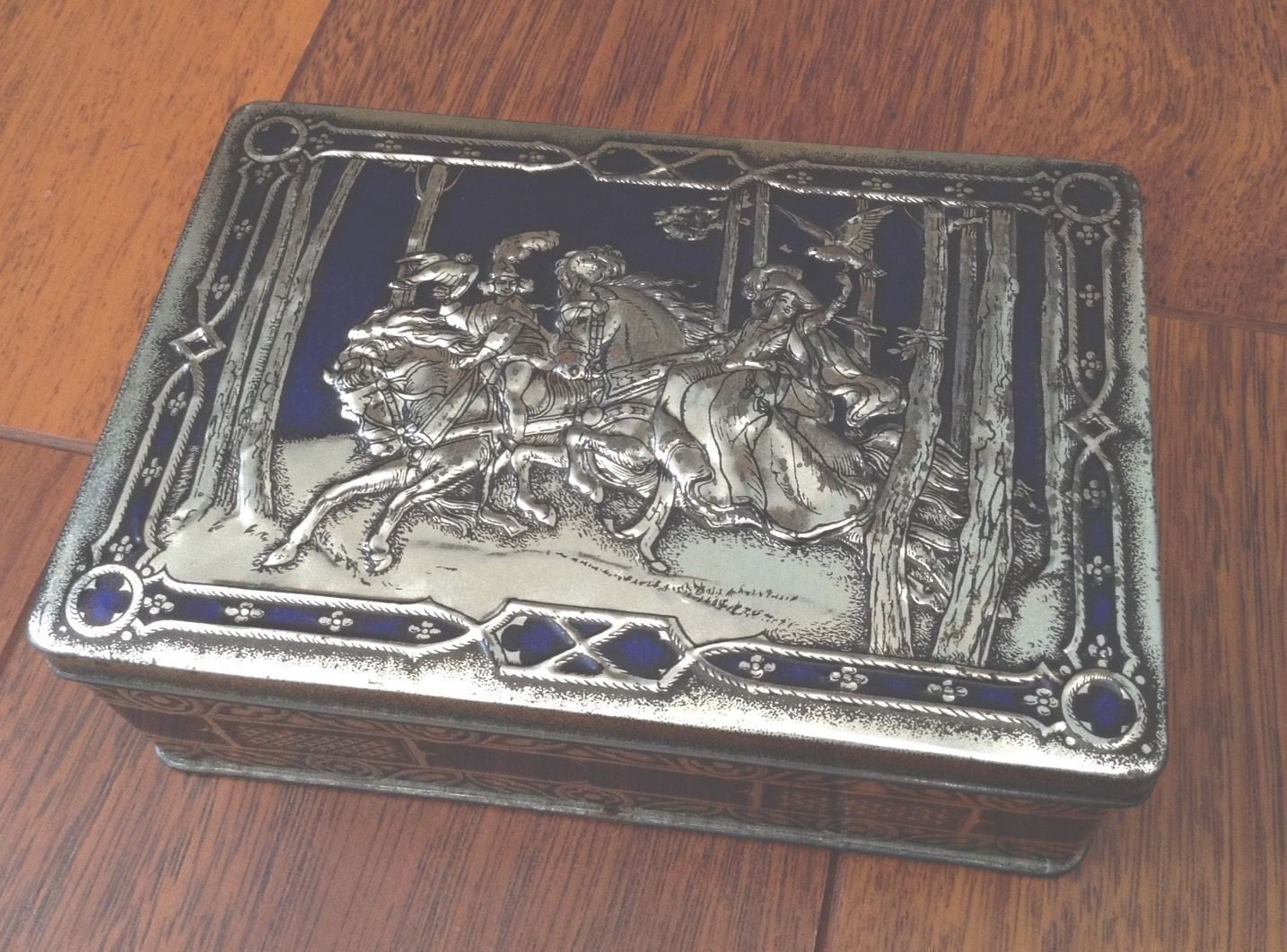 VINTAGE - RILEYS TOFFEE TIN - RARE / COLLECTORS This made a very good jewellery box