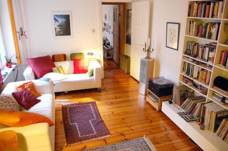 Helles Wohnzimmer mit farbenfrohen Kissen #Wohnzimmer #Einrichtung - Wohnzimmer Grau Orange