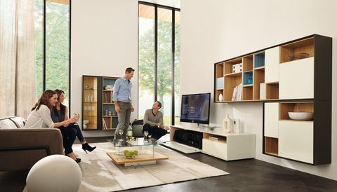 wohnwand in lack wei und natureiche lowboard mit soundsystem h ngeelemente mit akzenten in. Black Bedroom Furniture Sets. Home Design Ideas