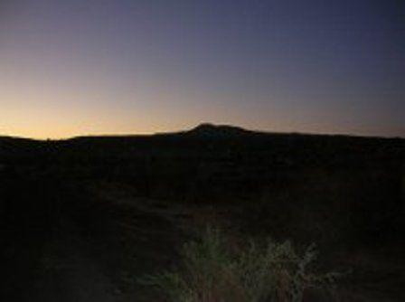 Ziquítaro. Amanecer. Al fondo, silueta del Cerro del Metate