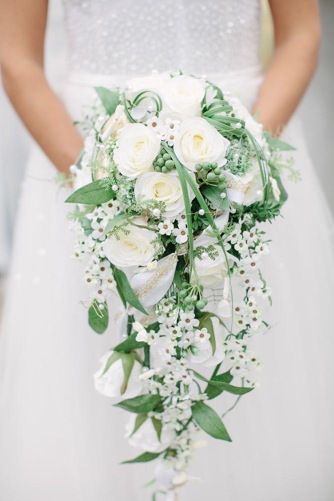 Brautstrauß in Wasserfall-Form mit weißen Rosen