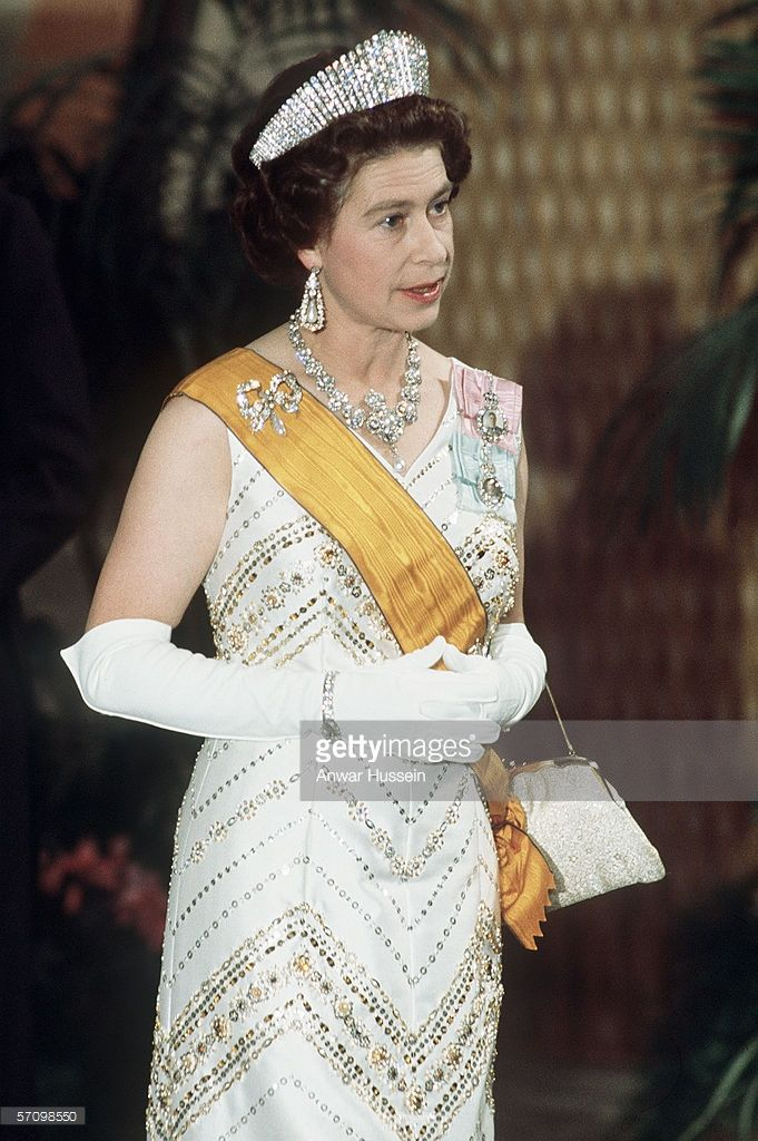 Queen Elizabeth Ii Dressed In Full Regalia In 1975 Queen Elizabeth Young Queen Elizabeth Queen Elizabeth Ii