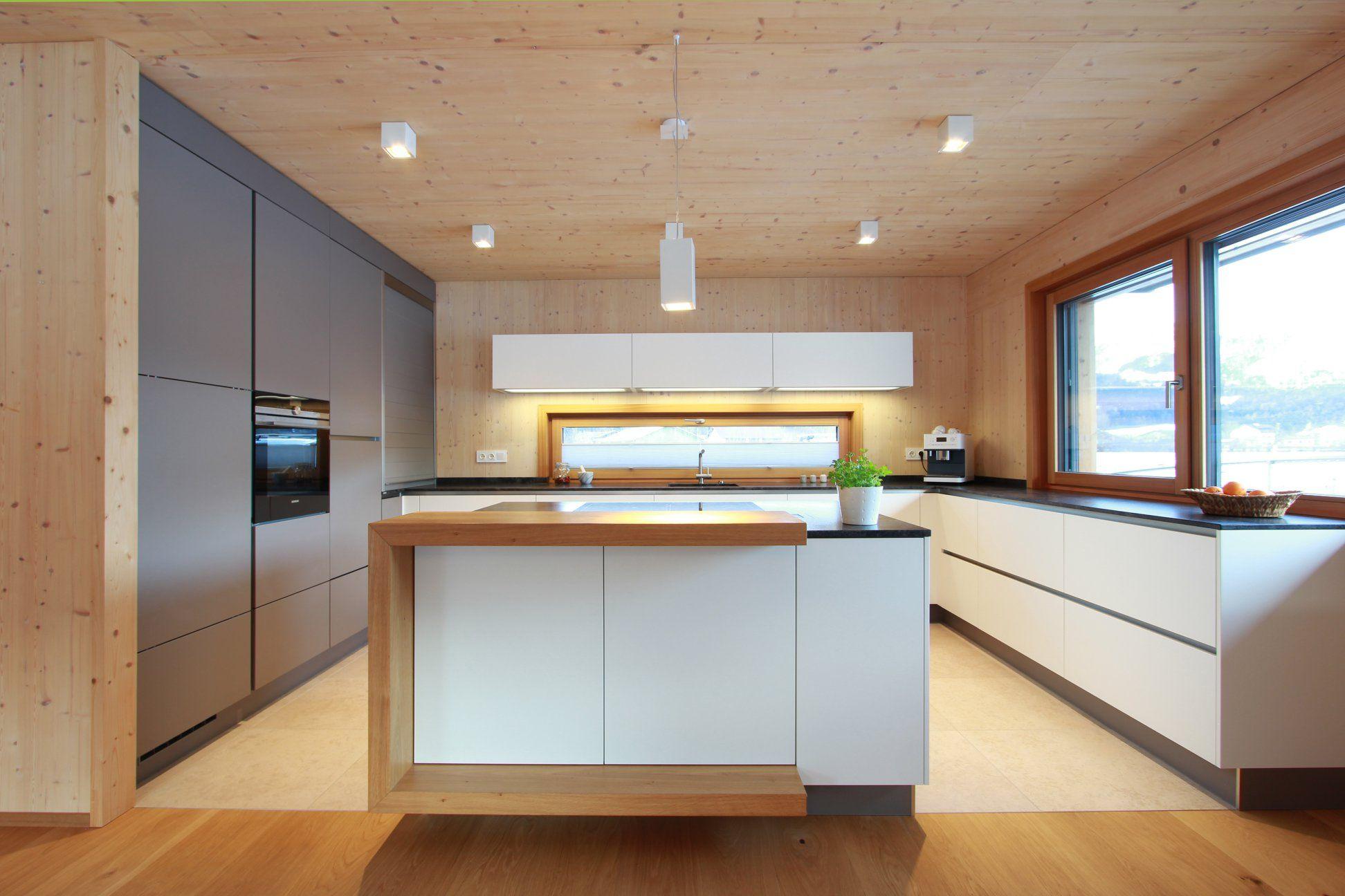 Große Wohnküche In Grau Und Weiß Kombiniert In Einem