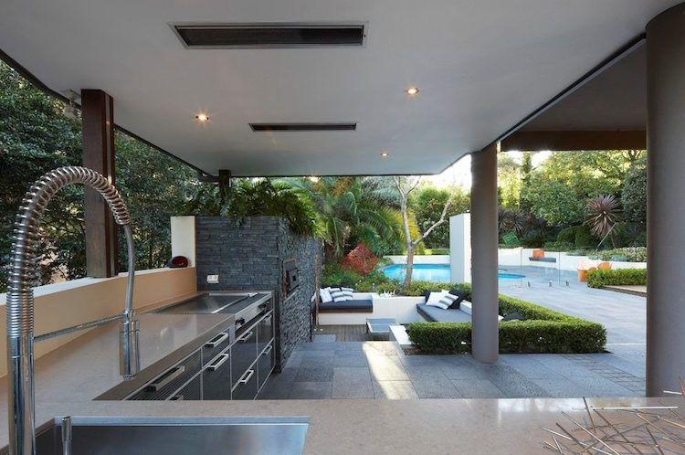 Jardin en contrebas avec fosse de conversation et foyer enfoncé - photo cuisine exterieure jardin
