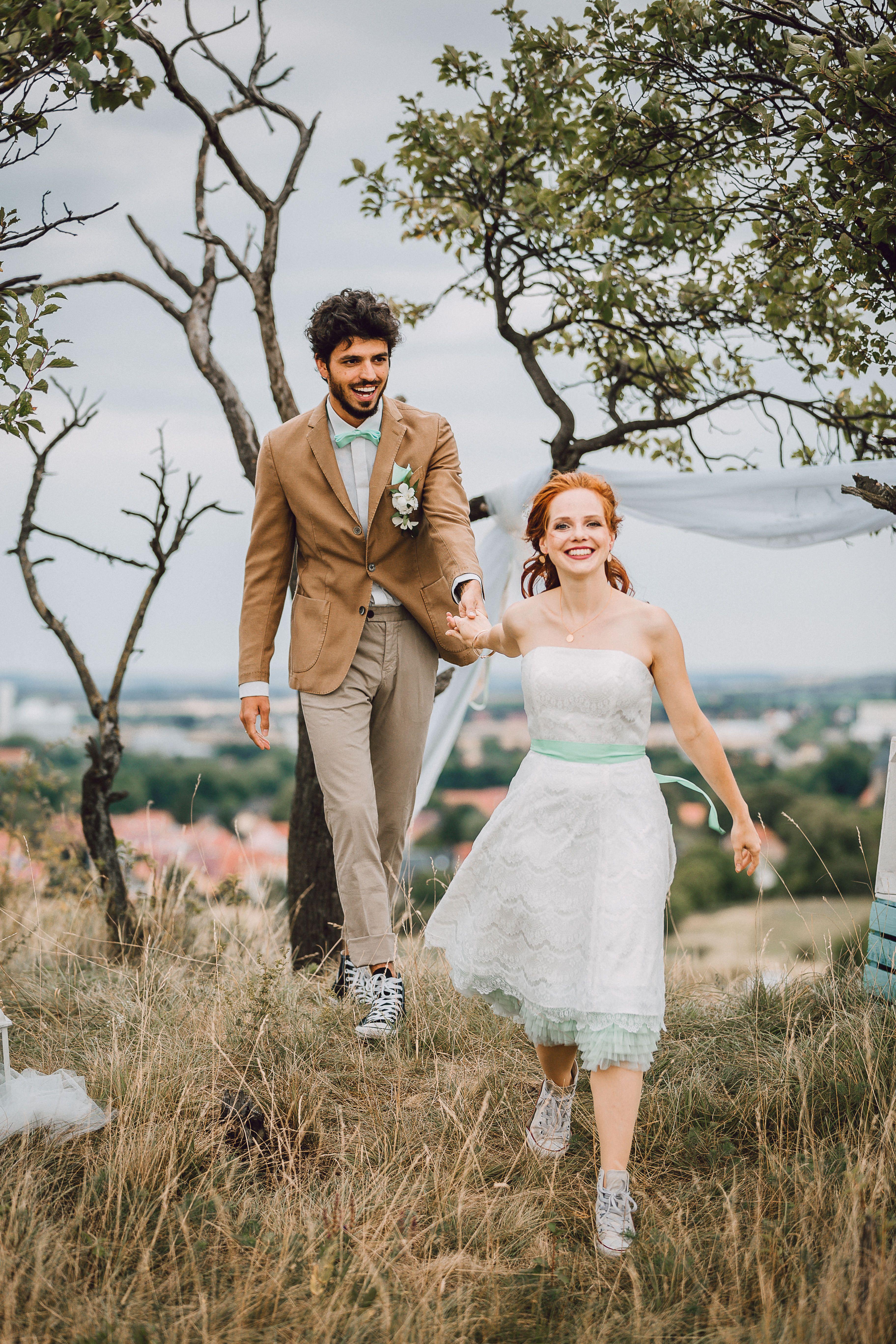 Hier kommt die Braut mit kurzem Petticoat Brautkleid und Chucks