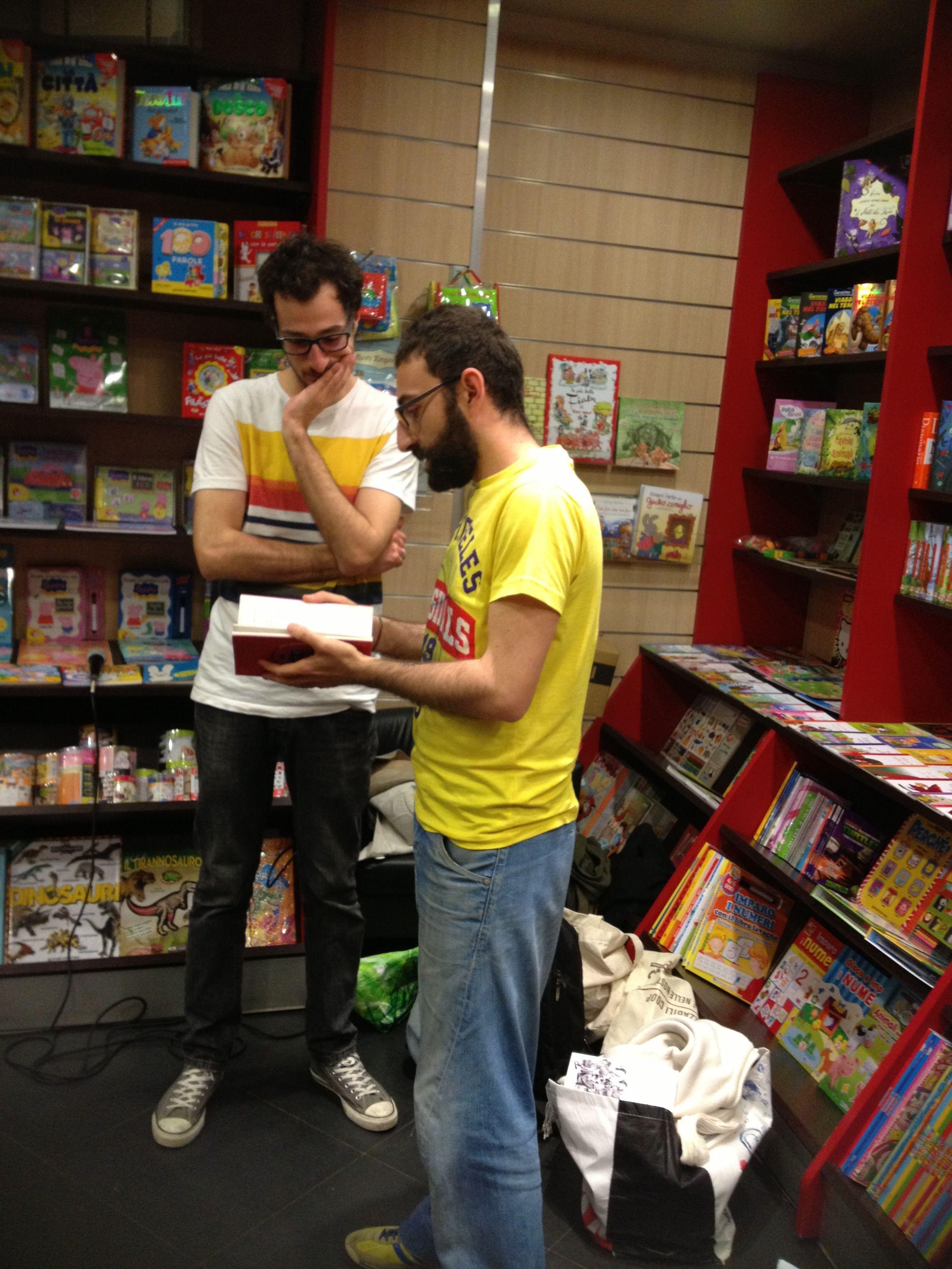 Roberto Mandracchia e Carmelo il libraio della libreria Pallotta che ci ha ospitati. Quanto è difficile autostroncarsi! #NonSonoSòle 2014 #books #badbooks