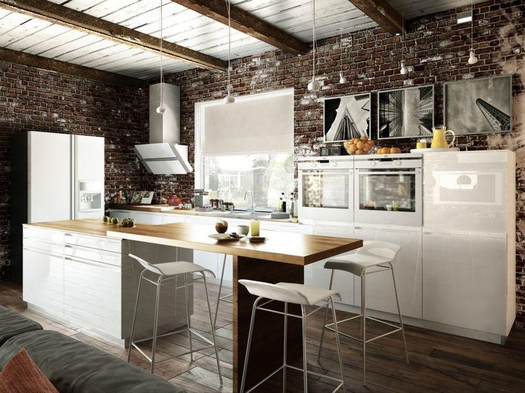 Pavimento in parquet scuro e cucina con isola con mobili e sgabelli