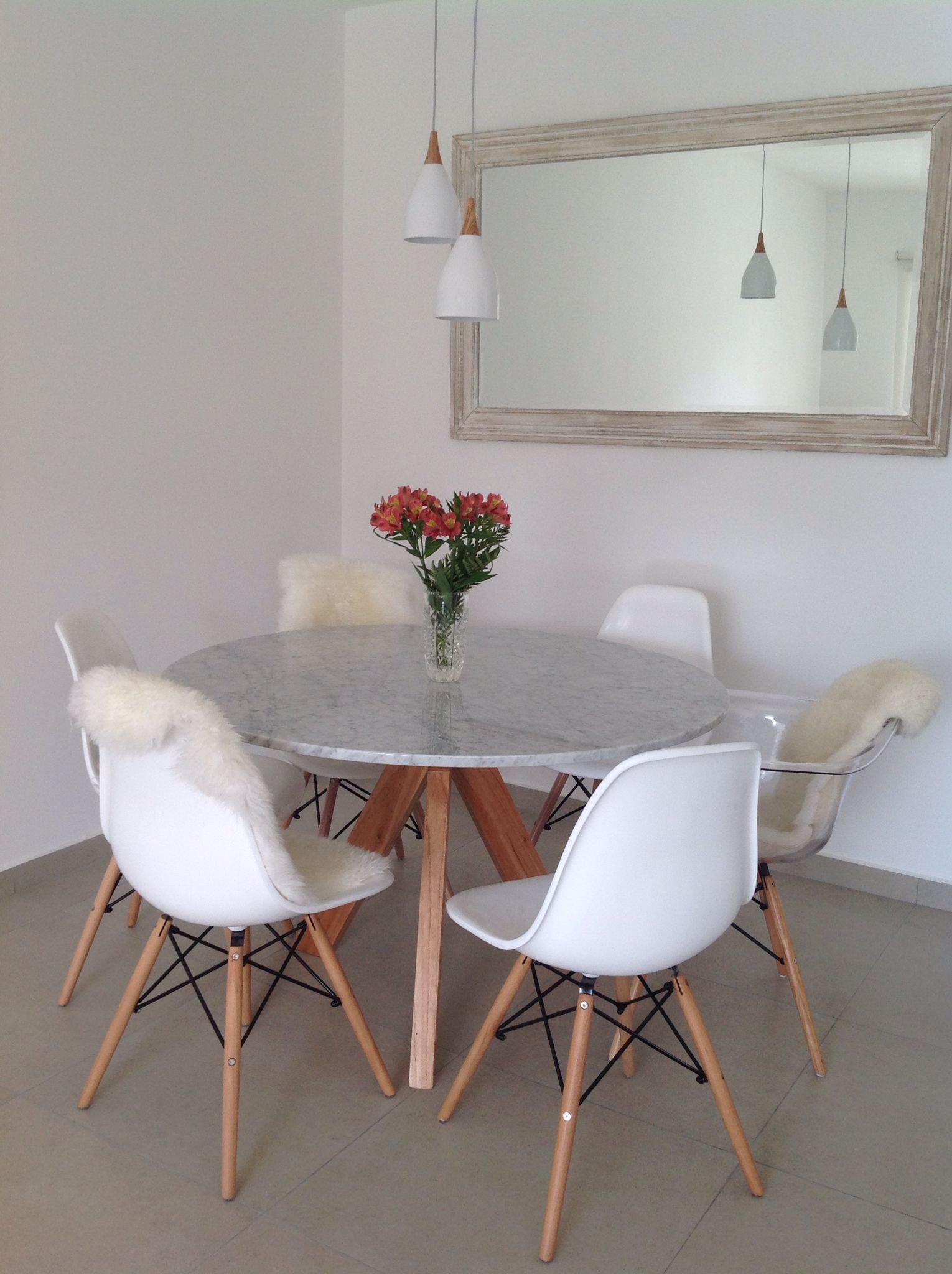 My dining room sillas eames blancas sill n eames for Marmol color chocolate