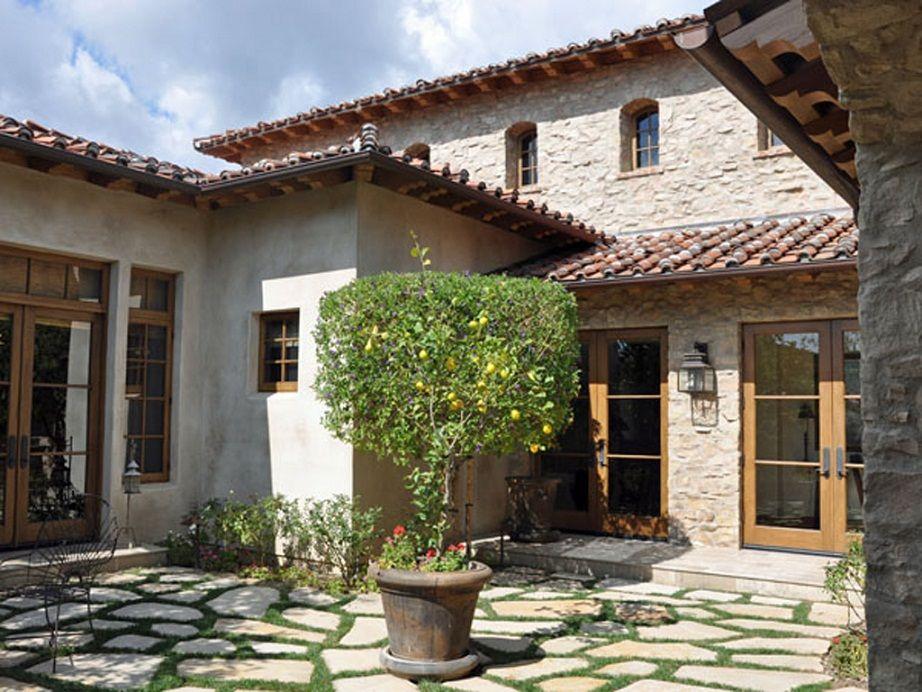 diseno de casa rustica de piedra y puertas de