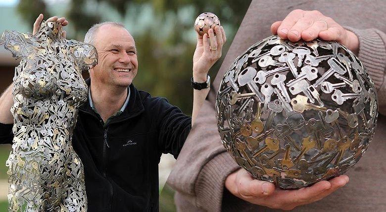 Il recycle clés et pièces de monnaie en œuvres surprenantes