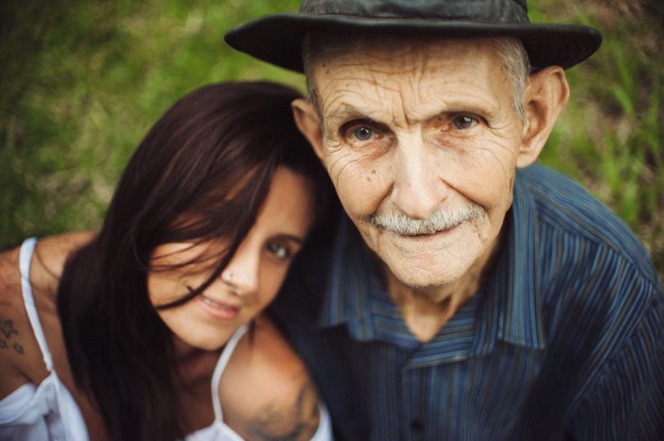 Amor entre neta e avô em forma de ensaio fotográfico