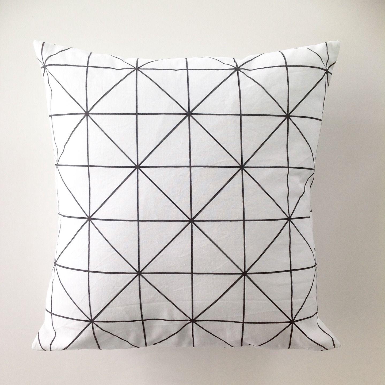 housse de coussin d corative noir et blanc motifs g om triques. Black Bedroom Furniture Sets. Home Design Ideas