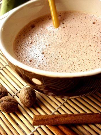 Chocolat de communion. Voici une recette pour ceux ou celle qui désirent réaliser ce délicieux chocolat émoticône smile Ingrédients: 550 ml de lait demi-écrémé 20g de gwo kako 30g de chocolat en poudre (pur cacao) 100ml d'eau 120g de lait concentré sucré ½ c. à c. d'essence d'amande amère (soit une 10aine de gouttes environ) 1 c. à s. rase de toloman (soit 4g) 1 gousse de vanille épuisée Le zeste d'1/2 citron vert 1 bâton de cannelle 30g d'amandes émondées (facultatif) Préparation: Dans une…