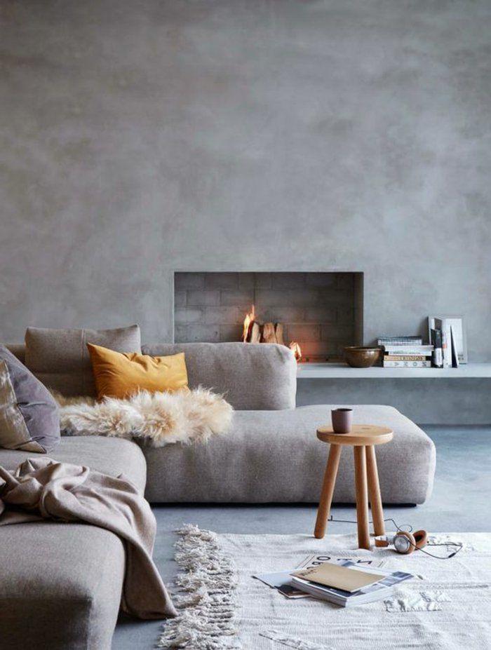 Perlgrau Von Beton Optik Mit Einem Eingebauten Kamin, Sofa In Dieser Farbe