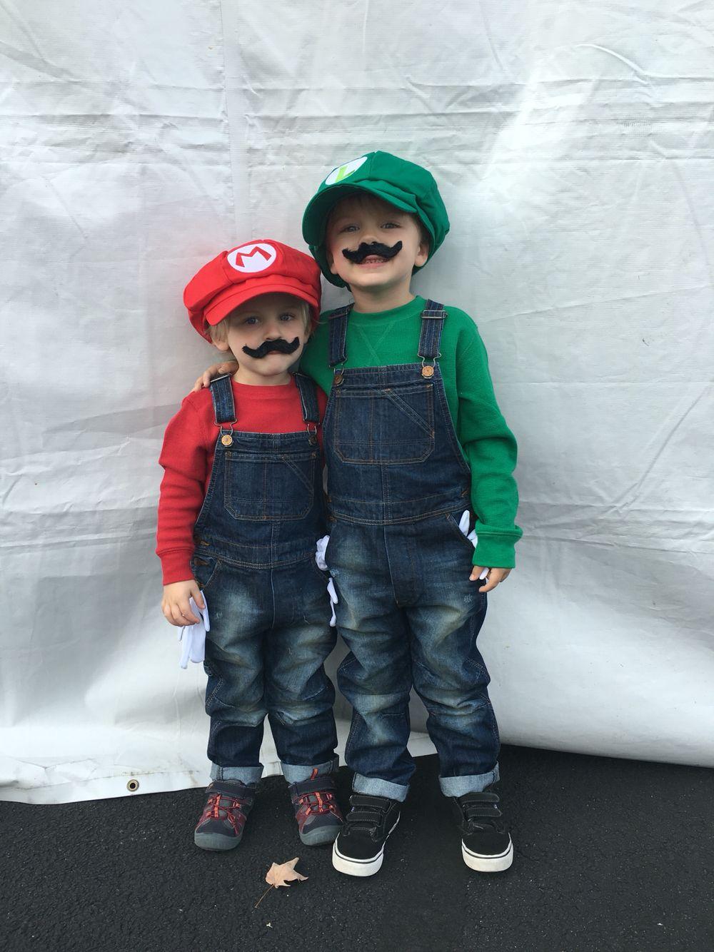 Children's costumes. Mario and Luigi. Halloween. do it