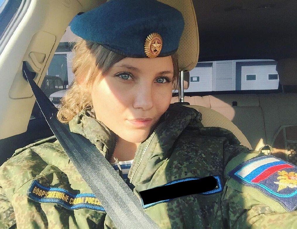 Девушка в военной форме крупный план