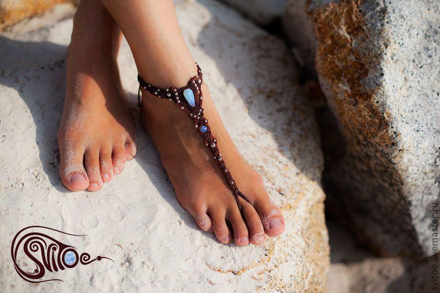 Изящный и нарядный, этот браслет подчеркнет красоту загара и стройность ног. Оригинальное и экзотичное украшение идеально для отпуска.
