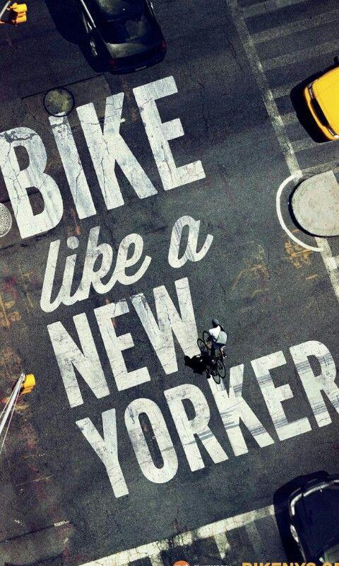 En bici.