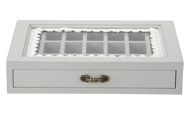 This little box is ideal for storing precious accessories and treasured jewellery. Beautiful to look at, it makes an eye-catching display piece and adds a homespun feel to the bedroom.