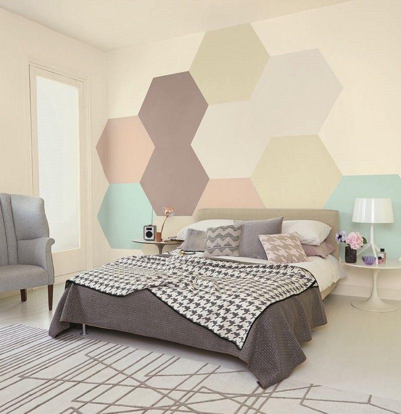 peinture d'intérieur artistique- chambre adulte avec hexagons en tons pastel