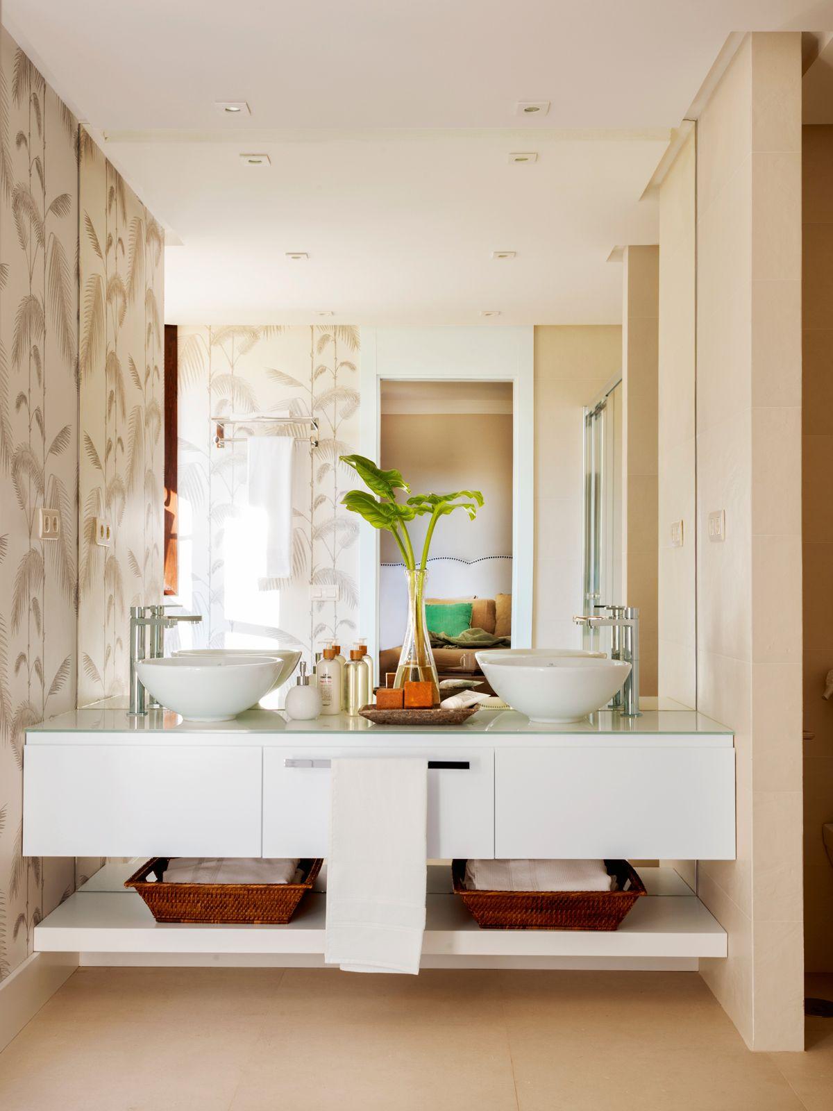 Dos lavamanos cuenco en mueble lacado en blanco con - Muebles pintados en blanco ...