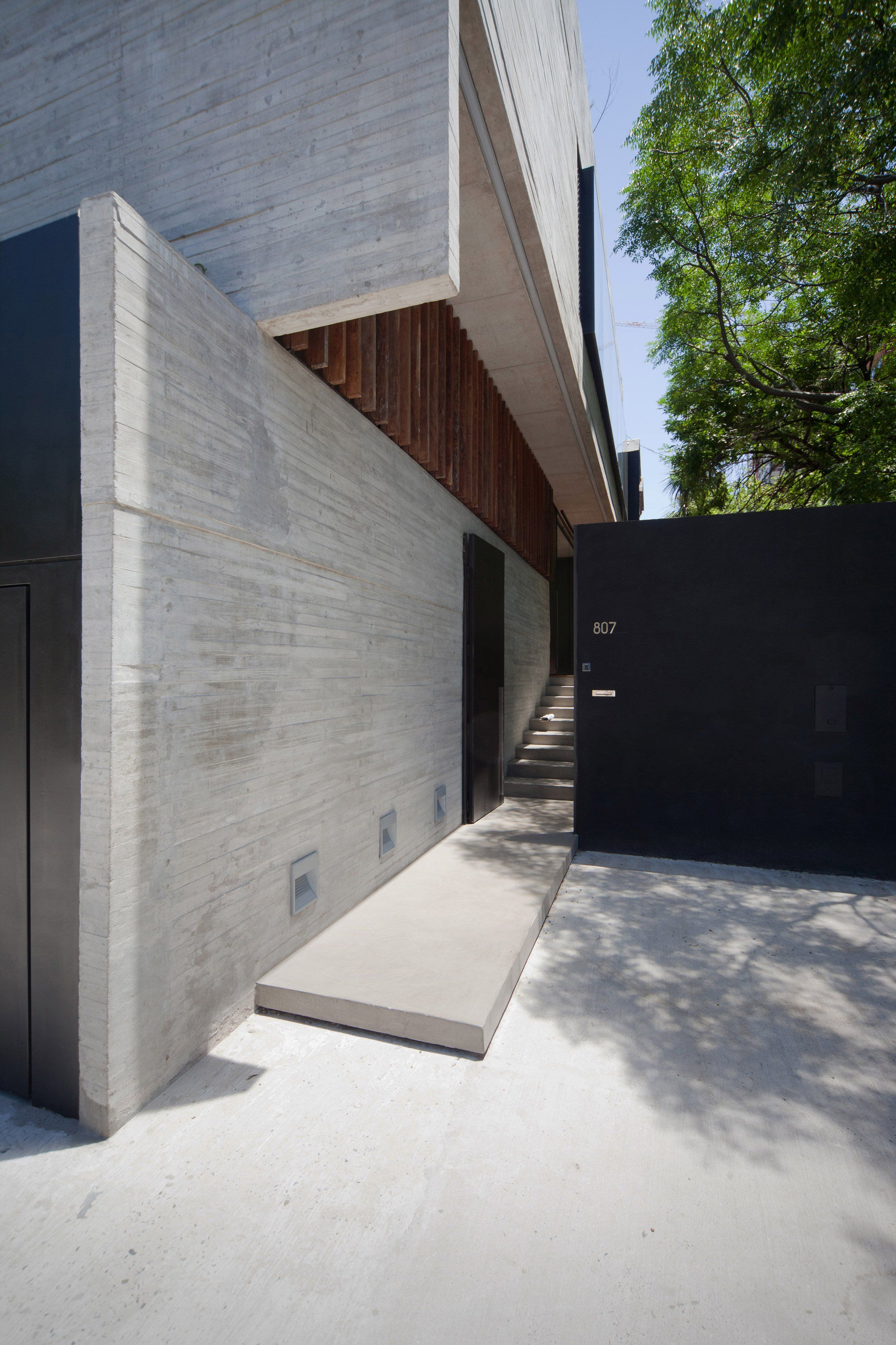 Rectangular Concrete Slabs Form The Exterior And Interior Walls Concrete Corner House In Buenos Minimalist Architecture Residential Architecture Architecture