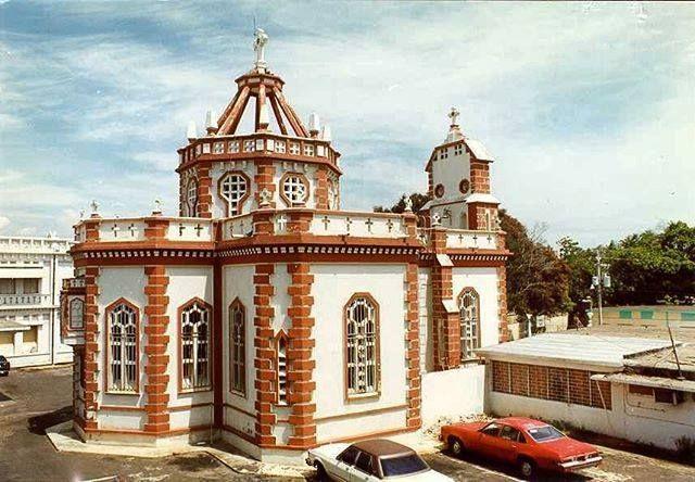Vista posterior de la Capilla de Santa Teresita para 1998 desde el interior del Instituto ProInfancia (Hospital de Niños) donde se aprecia la forma de cruz latina en su planta