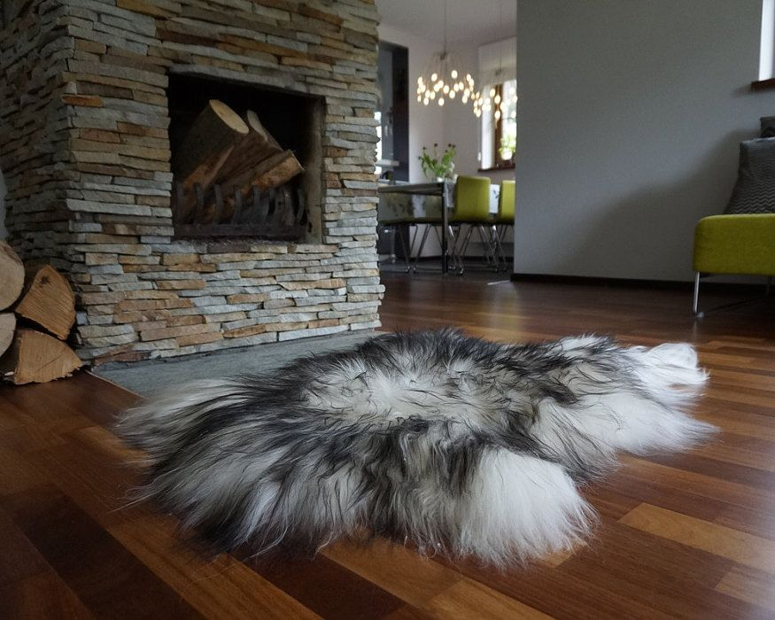 Luxury Island Sheepskin Rug In Front Of The Fireplace Großer Luxuriöser Isländischer Lammfell Teppich