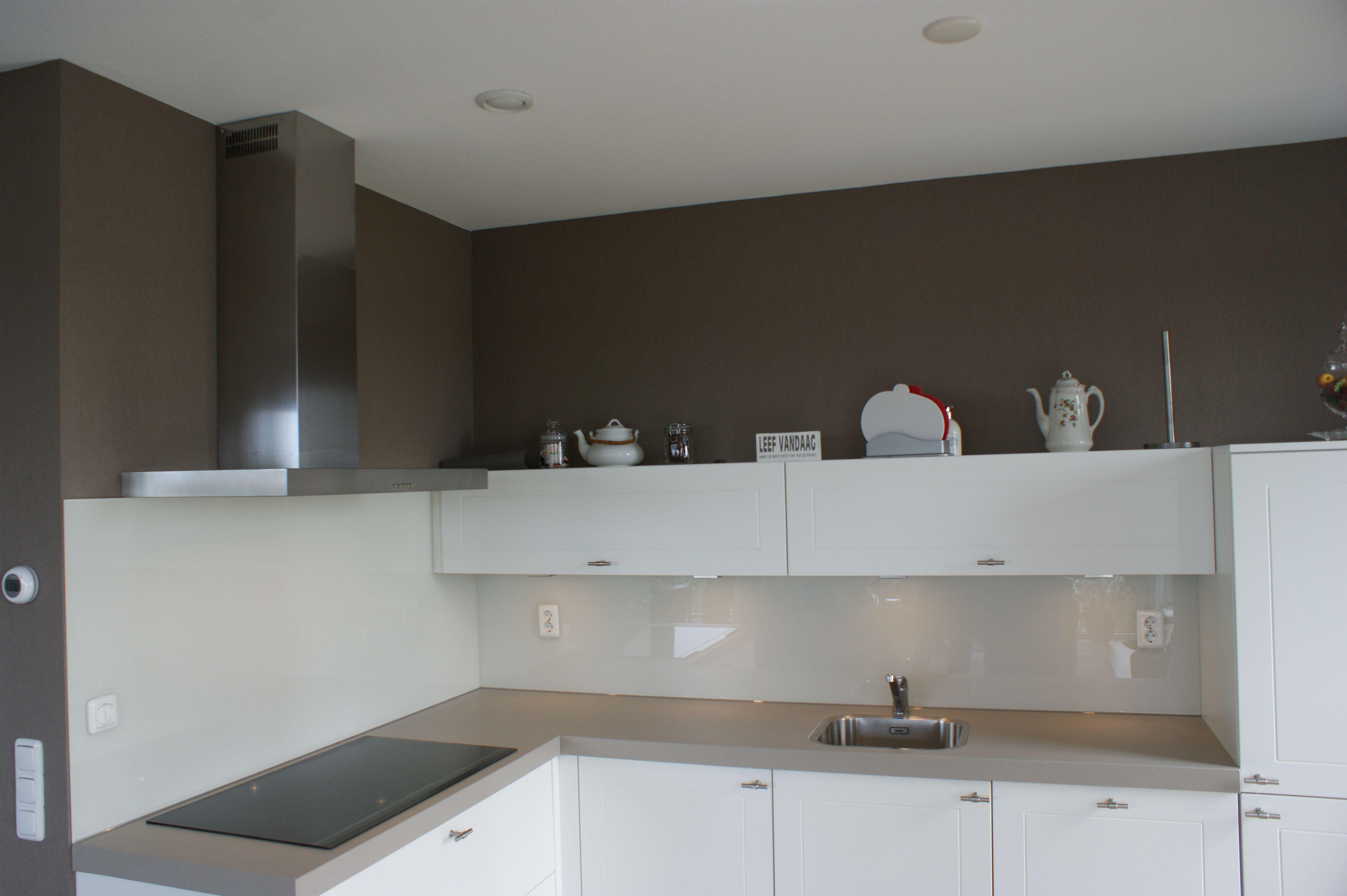 Achterwand Keuken Taupe : Zacht witte glazen achterwand op een taupe muur Варианты