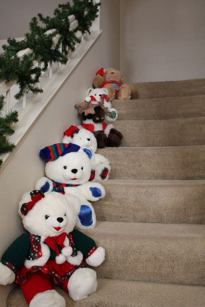 Idea para decorar escaleras con osos de felpa navide os for Disenos navidenos para decorar puertas