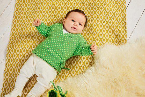 Photo of Einfache Wickeljacke fürs Baby nähen | familie.de