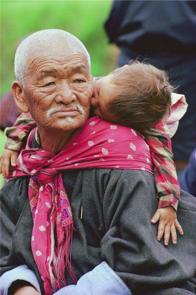 Abuelo portando a su nieto.