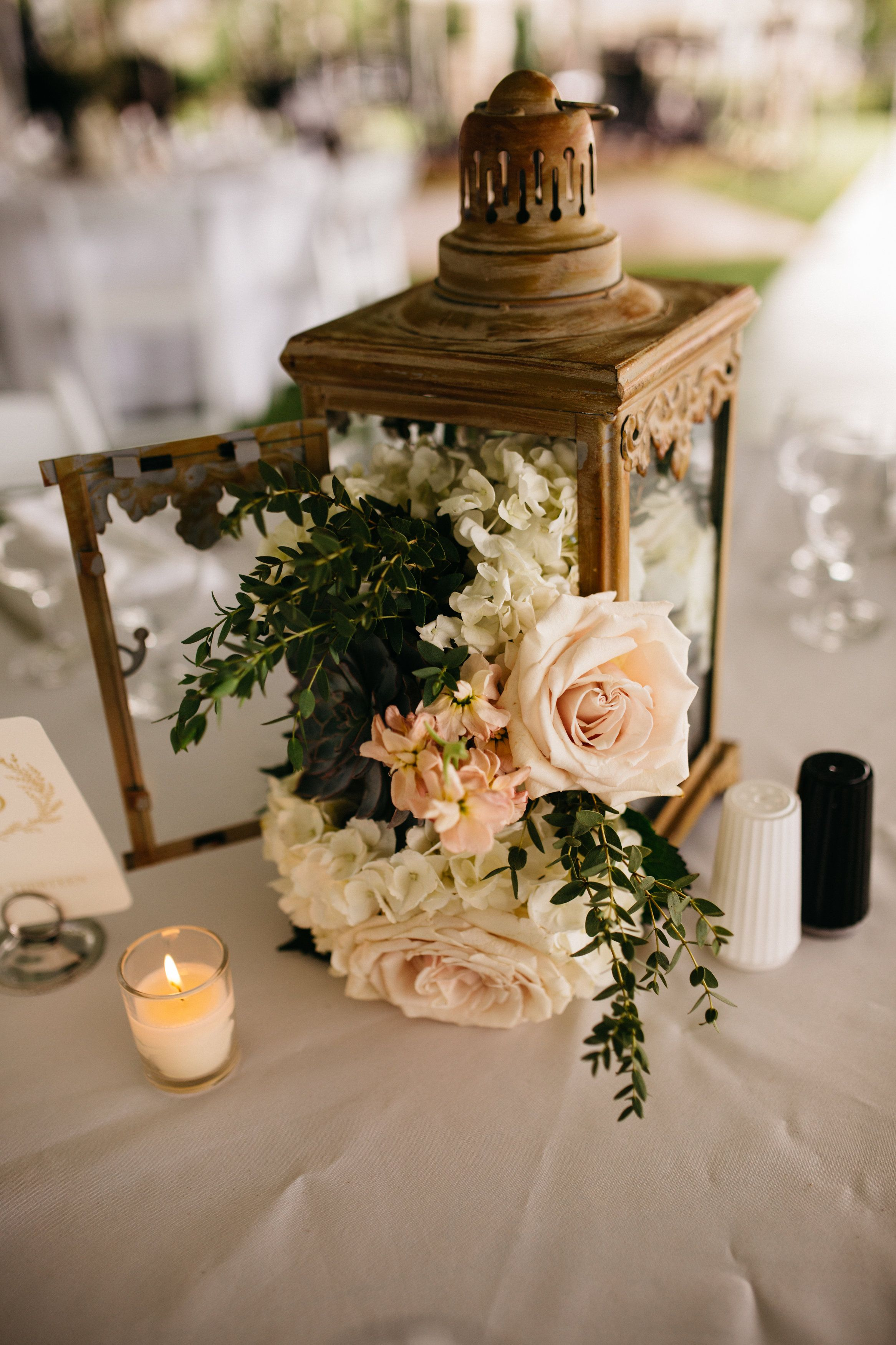 Lantern centerpiece with roses and hydrangea Design floral by La