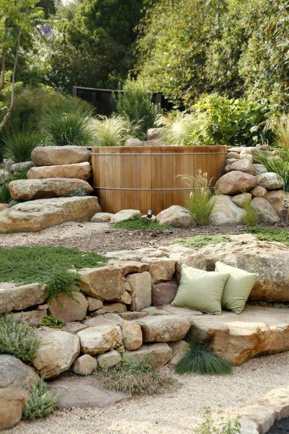Whirlpool im Garten Stein Treppe Badefass Sommer