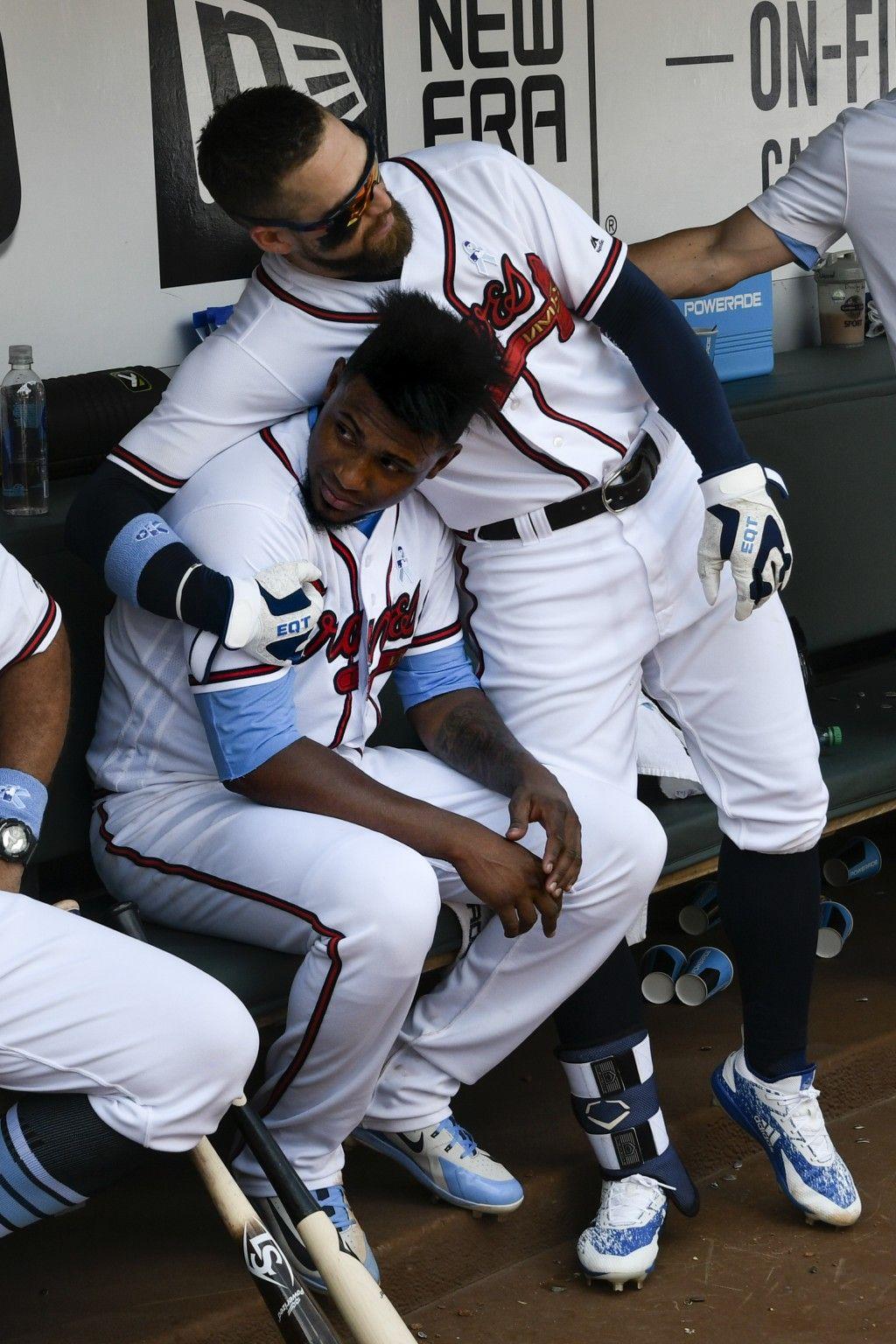 Atlanta Braves Ender Inciarte Right Hugs To Atlanta Braves Starting Pitcher Julio Teheran 49 During Atlanta Braves Braves Baseball Atlanta Braves Baseball