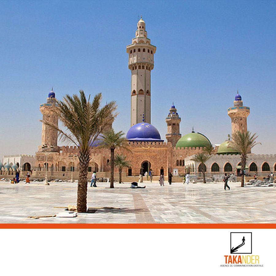 La grande mosquée de TOUBA est le plus important édifice de la ville de TOUBA (Sénégal) et l'une des plus grandes mosquées d'Afrique. Elle a été créée en 1926 et est pourvue de 7 minarets qui peuvent être aperçus jusqu'à 10 km de Touba. La mosquée à 6 grandes portes le Coran est lue dans la mosquée 33 fois par jour. #Fridayquote #weekendishere #weekendvibes #weekendquotes #fridayplans #weekendplans #vendreditoutestpermis #agencedecom #communication #digital #comdigital#takander #Marketiing #stra